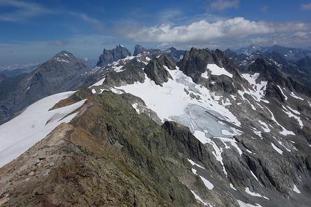 Weiterer Wegverlauf leicht unterhalb des Grats. Das Abstiegscouloir sieht man nicht.