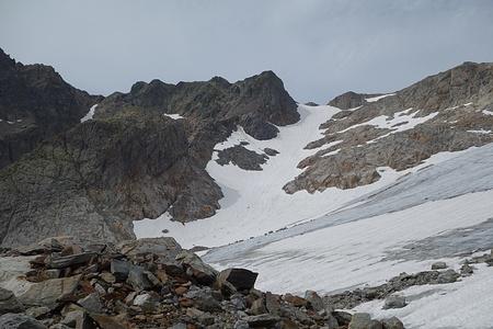 Unser Abstiegscouloir sieht von weiter weg gar nicht mehr so steil aus, hat oben aber >35°.