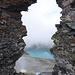 Durch das Felsloch von Lavtinahorn V - bei der Besteigung überschreitet man das Loch und hofft, die Brücke hält