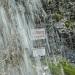 Grenztafel am Wasserfall
