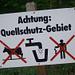 Vorsicht! Da versteht Kuh und Mensch sofort, um was es geht! Wieso nur ist dem Tier selbst das Stehen verboten, während das Menschlein nur nichts hinwerfen darf?