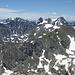 Tolle Aussicht vom Gipfel. Ich nehme an, die flachen Gipfel in der rechten Bildhälfte im Vordergrund sind Mt Toll rechts und Pawnee Peak links. Die hohen Zacken heissen Shoshoni, Apache und Navajo Peak (alles ohne Gewähr). Nicht im Bild der Kiowa Peak (heisst wirklich so). Karl May lässt grüßen.