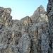 a dx la ripida parete scura vista da una sosta,a sx le rocce della parete nord della cima Piccola