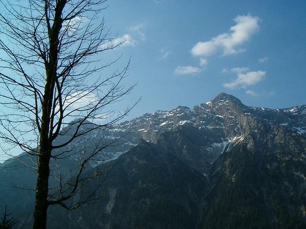 Blick vom Waldaufstieg zu den Geierköpfen.