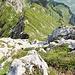 Blick runter zur zweiten Kletterstelle, die im Aufstieg unmittelbar links neben der Kante hochführt
