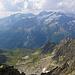 Gebetsfahnen und dunkle Wolken Richtung Sustenhorn.