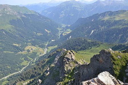Blick das Gargellner Tal hinunter Richtung St. Gallenkirch. Rechts das grasige Tal ist das Valiseratäli.