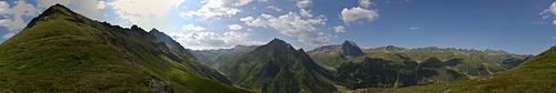 [http://f.hikr.org/files/1836046.jpg Panorama] von der Schulter aus.