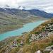 Im Aufstieg Blick zurück zum Lago Bianco. Links oben die Zungen des Cambrenagletschers.