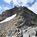Es gibt von dieser Seite aus zwei Wege auf den Hohen Sonnblick: 1. nach links über das Schneefeld oder 2. über den Grat in Bildmitte. Wir wählen den Weg über die Felsen.