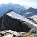 Unser Abstieg wieder über den Grat zur Rojacher Hütte. In Bildmitte ist der Weg durch das Schneefeld zu sehen, welches im unteren Teil enorm an Steilheit zulegt.  Diesen Weg haben verhältnismässig wenige Tourengänger begangen.