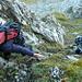 Ossi im Element vor der ersten Steilstufe: rechte Hand im Gras, linke an einem losen Stein...