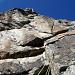 Das einzige Foto der 5. und letzten Seillänge (6a), wo es nicht entweder bewölkten Himmel hat, oder schon beinahe dunkel ist. Steile Aufschwünge in bestem Granit mit griffigen Schuppen, superbe!
