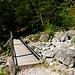 An dieser Brücke zweigen die Pfadspuren zum Maurersteig ab.