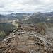 Ich mache mich an den Abstieg. Der rechts im Mittelgrund dürfte der Piz la Stretta/Monte Breva sein.   Nachtrag: Ist er, ich bin draufgestiegen.