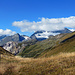 Sanfter Aufstieg, immer in Begleitung des Bernina-Massivs, das sich anfangs noch verhüllt zeigt.
