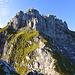 Zuerst links um den ersten Felsen, dann hoch auf den Nordgrat zum P. 2209m.