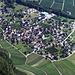 Fläscherberg - Regitzer Spitz (1135,1m):<br /><br />Tiefblick über die Gipfelwand hinunter ins Weindorf Fläsch (528m).