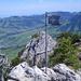 Auf dem Gipfel des Mittler Goggeien mit Tiefblick ins Toggenburg