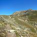 Auf etwa 2600 m, gleich beginnt ein Zwischenabstieg. Der gut sichtbare Vorgipfel wird nicht bestiegen, er wird rechts umgangen.