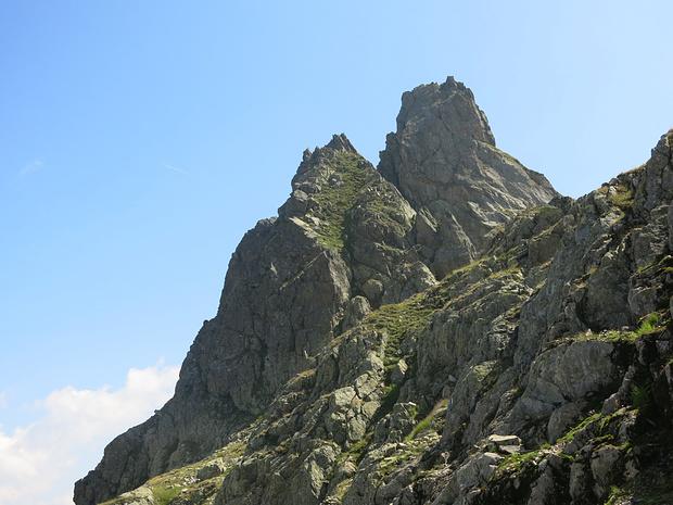 Rueckblick auf Ruchaelplistock: Abstieg ueber steile Grasflanke in Bildmitte