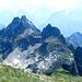 Rueckblick vom Jakobiger: Route umgeht p.2453 m auf dem Grasband