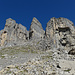 zunächst durch steiler werdendes Geröll (Spur) bis an den Fuss der Felsen bzw. der Couloirs