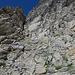 Einstieg in eine brüchige Rinne, wieder sind die Felsen rechts etwas fester