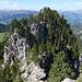 3. vom 1. Gendarm: links der Mitte Grasband und Felsstufe, in der Mitte der Gipfelkopf