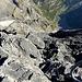 Wieder im Abstieg. Hier sieht man ins Sefinetal runter. Der Gipfelgrat ist teilweise etwas heikel, da er in seinen Flanken sehr schuttig ist. Es rät sich den Grat wenn möglich direkt auf der Kante zu klettern.