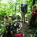 Essenspause für alle im Wald oberhalb von Bisada