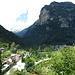 Auf dem Talweg unterwegs, über Brione thront die eindrucksvolle Südwand des Gasg