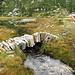 Die originelle Steinbogenbrücke über den Bach. Ziemlich beeindruckend, wenn man bedenkt, dass sie wohl ohne Holzstütze gebaut wurde... Man kann einwandfrei drüberlaufen.