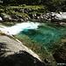 Il sentiero che costeggia il riale Osura permette di ammirare da vicino alcune stupende pozze d'acqua di un colore che solo in Verzasca è possibile osservare.