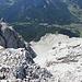 """Schneefernerkopf - Tiefblick nahe des Gipfels u. a. nach Ehrwald und zur Talstation der Ehrwalder Almbahn (Ausgangspunkt unserer heutigen Tour). In Bildmitte dürfte auch ein Teil der """"Neuen Welt"""" zu sehen sein."""