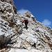 """Im Aufstieg vom Sonn-Alpin zur Zugspitze - Der Steig ist quasi durchgängig mit einem Drahtseil gesichert. Hier und da ist der Felsuntergrund etwas """"speckig""""."""