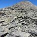 Das blockige Aufstiegsgelände auf dem breiten Aufstiegskamm, oben erkennt man eine der vielen Markierungsstangen - verlaufen wird man sich hier kaum