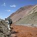 Auf dem Weg zurück zu Camp 2 entlang des blutroten Gletscherflusses