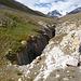 Auf dem Weg zum Abramov Gletscher: Der breite Fluss zwängt sich durch eine tief eingeschnittene Schlucht und kann an mehreren Stellen auf natürlichen Brücken (Klemmblöcke) überquert werden.