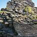 Noch gibt es die eine oder andere anspruchsvollere Passage. Nach kurzer Kletterei dem Drahtseil entlang folgt eine ausgesetzte aber gesicherte Querung.