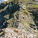 Ein steiler und etwas heikler Abstieg in die Scharte bei P.2448 steht bevor