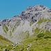 Kurz nach dem Abzweig zum Oberzalimsattel/Straußsteig.<br />Der Anstiegsweg quert deutlich sichtbar die Schuttflanke bis zum vorletzten grünen Grasfleck. Auf diesem im Zickzack empor und diagonal nach links oben zum Sattel.