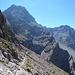 Die Landschaft wechselt jäh zu schroffen Felswänden und endlosen Schotterkaren.<br />Jetzt beginnt die Tour Spass zu machen. Blick zur sogenannten Spusagang-Scharte