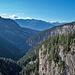 Blick hinunter ins wilde Tal der Liènne - und drüben der Radweg in den Felsen ...