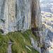 Die Fixseile beginnen ca. da wo der Weg auf die Felswand trifft