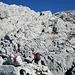 der scharfkantige Kalk dominiert - wie auch eine ausgezeichnete Markierung zum Gipfel