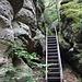 am unteren Ende des Steiges eine Stahltreppe