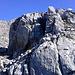 in der Bildmitte der Hinweis auf die leichter Variante nach links ausweichend in den schattigen Riss - oder der direkte Weg über den plattigen Felskopf - welches nicht das Problem darstellt sondern der ausgesetzte Abstieg auf der anderen Seite