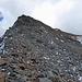 Viel Steine gab's und wenig Steig...<br />Die drei Stangen oben sind deutlich zu sehen. Darunter die senkrechten, schneefreien Fels unter denen ich nach rechts ausgewichen bin. <br />Vielleicht wäre es direkt am Grat auch gegangen, aber ziemlich viel hart gefrorener Schnee zwischen den Steinblöcken...ziemlich steil ... ziemlich luftig nach links in die NO-Flanke.
