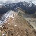 Der Abstiegsgrat vom Gipfel aus. Es geht vor bis zum 'grauen' Teil des Grates und dort rechts runter in die weiten Karfelder des 'Eiskastens'.